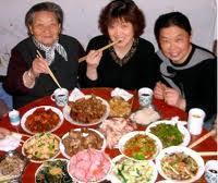familie de chinezi la masa